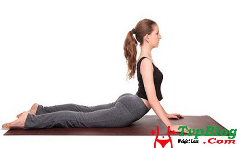 bài tập yoga giảm cân toàn thân - tư thế rắn hổ mang